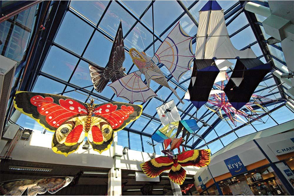 Exposition de cerfs volants en intérieur